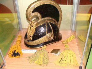 Helm eines Dragonerfähnrichs und verschiedene Portepees.