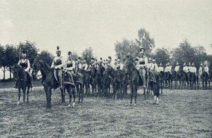 Die Kürassiere zur Zeit der Regierungsübernahme Kaiser Franz Josef Carl I. noch mit den gelb- schwarzen Wollkennungen am Helmkamm.