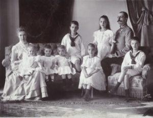 Der Regimentskommandant mitseiner Gattin Erzherzogin Marie Valerie und sieben von zehn Kindern um 1904.